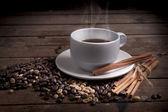 šálek kávy a kávových zrn — Stock fotografie