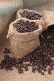 Chicchi di caffè in un sacchetto — Foto Stock