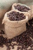 Kaffebönor i en påse — Stockfoto