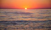 Panorama de coucher de soleil brillant sous la surface de la mer — Photo