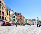 живописной венецианской набережной в солнечный летний день — Стоковое фото