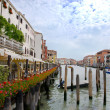 Venice channel and seafront with red flowers, Italy - Foto Stock