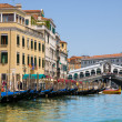 Venice Grand canal with gondolas and Rialto Bridge, Italy — Stockfoto #22460285