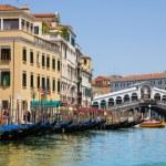 μεγάλο κανάλι της Βενετίας με τις γόνδολες και τη γέφυρα Ριάλτο, Ιταλία — Φωτογραφία Αρχείου