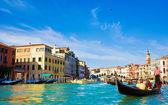 Grand canal de venise avec gondoles et le pont du rialto, italie — Photo