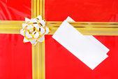 Simple boîte rouge avec ruban d'or et la fermeture vers le haut blanc — Photo