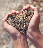 手を心臓の形で砂を保持 — ストック写真