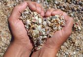 руки, держа песка в форме сердца — Стоковое фото