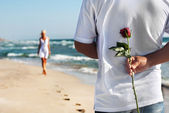O conceito de encontro romântico - homem com rosa esperando sua mulher em t — Foto Stock