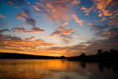 Zonsondergang boven het meer met heldere kleuren — Stockfoto