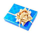 Modré krabičky s zlatým lukem izolovaných na bílém — Stock fotografie