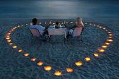 若いカップルはビーチでロマンチックなディナーを共有します。 — ストック写真