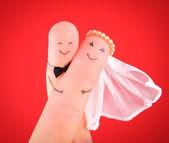 Tylko małżeństwo - nowożeńcy malowane w palce przed czerwony b — Zdjęcie stockowe