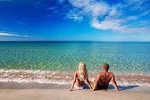 Jovem casal que estava no mar praia de areia e olha para o céu — Fotografia Stock