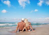 Młoda para na plaży morza piasek — Zdjęcie stockowe