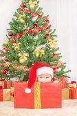 Niño feliz en sombrero de la navidad — Foto de Stock