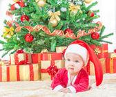 Kind in weihnachtsmütze — Stockfoto