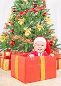 Glückliches kind in weihnachtsmütze — Stockfoto