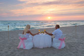 Couple at beach romantic dinner with candles — ストック写真