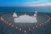 Couple at beach romantic dinner with candles heart — Zdjęcie stockowe