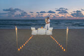 Couple at sea beach during luxury romantic dinner — Stock fotografie