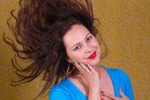 Красочный портрет о женщине с развевающимися волосами — Стоковое фото