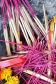 Brennende räucherstäbchen und kerzen — Stockfoto