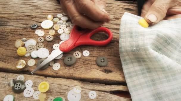 Boton de costura femenina — Vídeo de stock