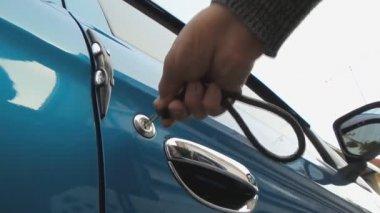 Unlocking a car door — Stock Video