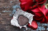 Chocolate heart and red rose — Стоковое фото