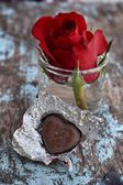 Chocolate heart and red rose — Zdjęcie stockowe