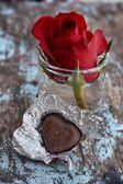 心形巧克力和红玫瑰 — 图库照片