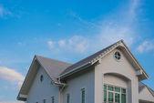 Satteldach doppelhaus unter himmel — Stockfoto