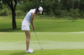 Michelle wie putts la pelota de golf al hoyo — Foto de Stock