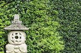 Authentisches handwerk sandstein-laterne in grünem hintergrund — Stockfoto
