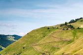 Estrada de zig zag para uma casa na montanha — Fotografia Stock
