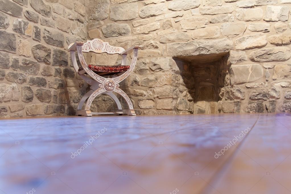 Vieja silla blanco envejecido sobre un suelo de madera - Parquet blanco envejecido ...
