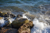 Waves crashing on rocks — Stock Photo