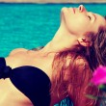 Woman enjoying summer and blue water — Stock Photo