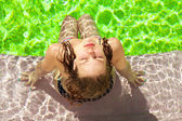 Frau sommer pool — Stockfoto