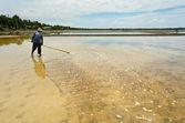 Colheita em lagoa de evaporação de sal — Foto Stock