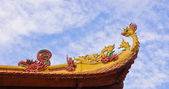 Vietnamese temple roof decorate — Stock Photo