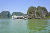 Halong bay-limestone mountains, Vietnam — Stock Photo