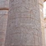 Egyptian hieroglyphics on column — Stock Photo