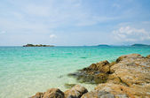 Tropical rock shore with clear water — Stockfoto