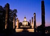 Starověké socha buddhy v soumraku — Stock fotografie