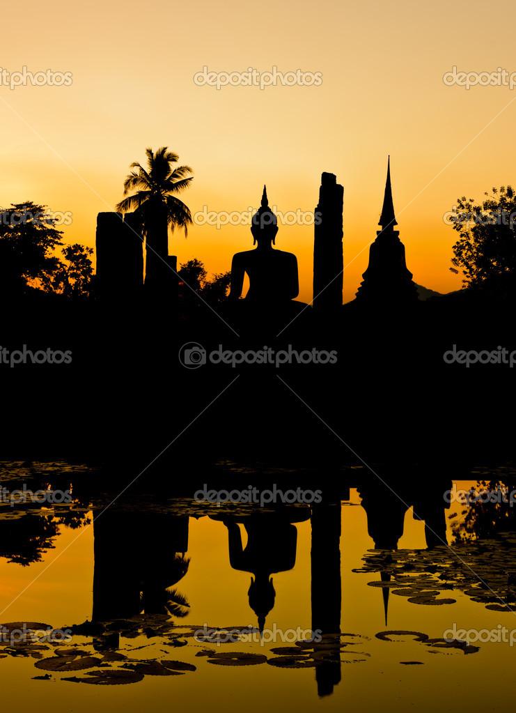 佛陀和宝塔黄昏时,泰国的剪影 — 照片作者 boonsom