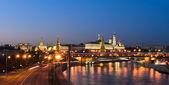 Kremlin de Moscovo iluminado ao entardecer — Fotografia Stock