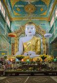Burmese Buddha statue — Stock Photo