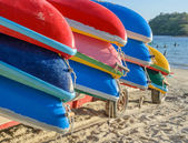 Kayak colorate sulla spiaggia — Foto Stock